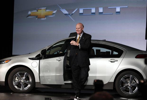 Dan Akerson, chefe executivo da GM, e o Chevrolet Volt - Crédito: Foto: Rebecca Cook/Reuters