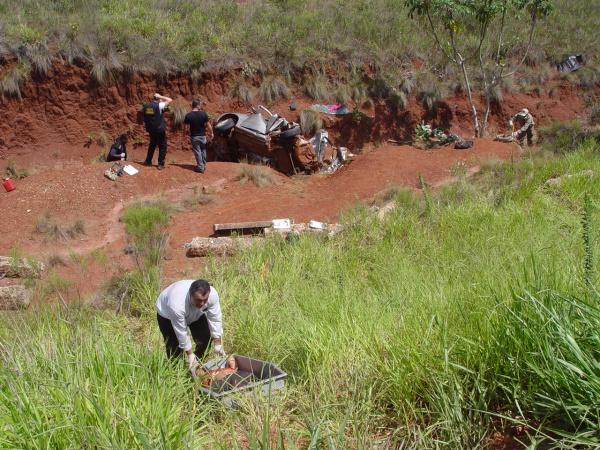 Um dos acidentes aconteceu na BR-463 entre Dourados e Ponta Porã. Corpos são retirados do carro destruido. Foto: Sidnei Lemos - Bronka -