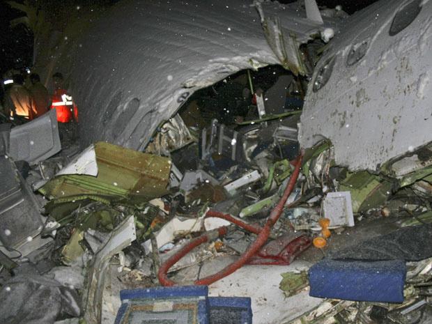 Equipes de resgate trabalham nos destroços do avião acidentado na madrugada desta segunda - Crédito: Foto: AP
