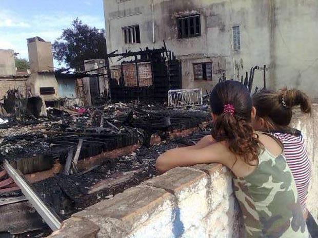 Casa de madeira onde morava família foi destruída por incêndio - Crédito: Foto: Antonio Peixoto/Zero Hora/Ag. RBS