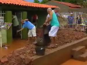 Temporal alagou casas e causou prejuízos a moradores de Várzea Grande - Crédito: Foto: Reprodução/TV Centro América