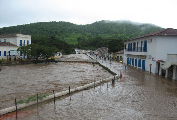 Rio Vermelho transbordou no município de Goiás - Crédito: Foto: Patricia de Oliveira Mousinho/VC no G1