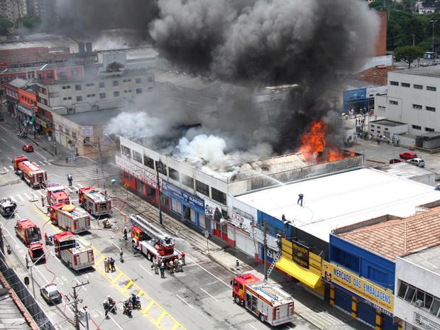 Fogo atingiu duas lojas de embalagens em Curitiba - Crédito: Foto: Franklin de Freitas/AE/AE