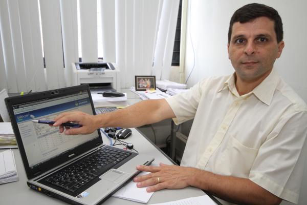 Cláudio Matos mostra sistema de impressão de boleto do IPTU através da internet  - Crédito: Foto: A. Frota