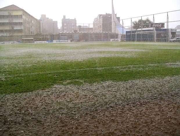 Chuva forte alagou o campo suplementar do Olímpico - Crédito: Foto: Eduardo Cecconi / GLOBOESPORTE.COM