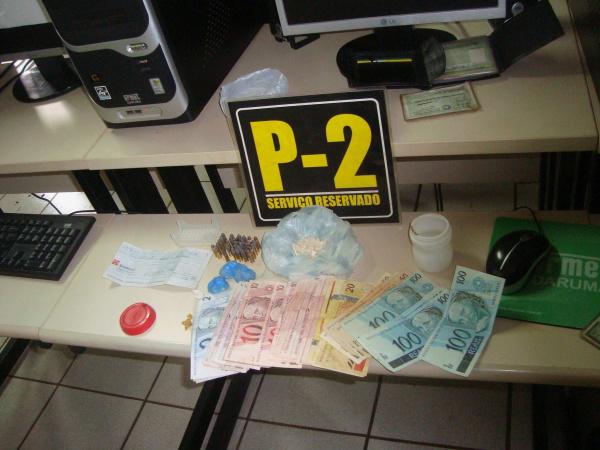 """Drogas, munições e dinheiro apreendidos na """"Boca do Binha"""" Foto: Cido Costa  -"""