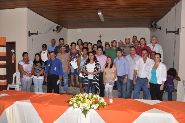 Prefeito Celso Vargas discursando às 34 famílias  - Crédito: Fotos: Reginaldo Ferreira