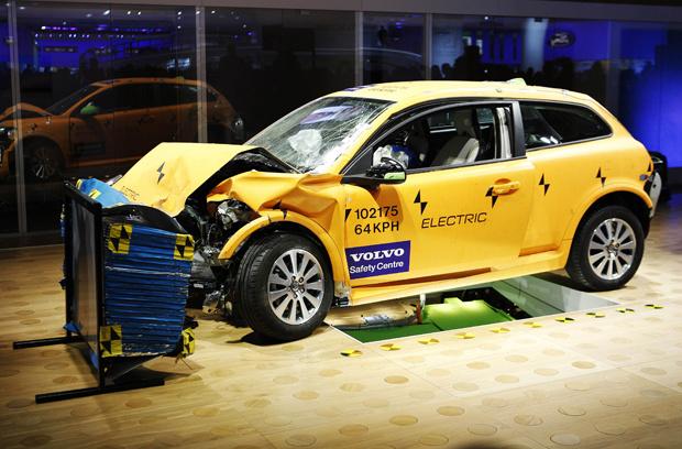 Volvo C30 elétrico durante test-crash no Salão de Detroit - Crédito: Foto: Reuters