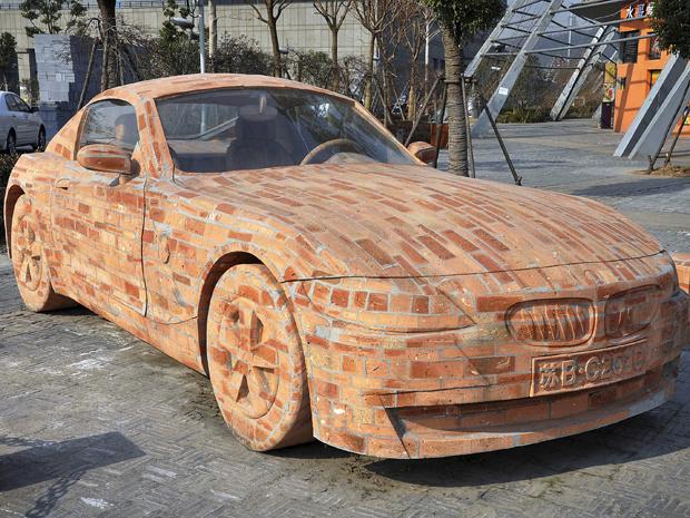 Um BMW Z4 feito de tijolos está em exposição em Jiangyin, província de Jiangsu, na China. Quem assina o modelo é o artista Dai Geng que demorou mais de um ano para concluir sua obra. O carro de tijolo pesa 6,5 toneladas, 5 toneladas a mais do que o modelo - Crédito: Foto: Foto Color China/ AP