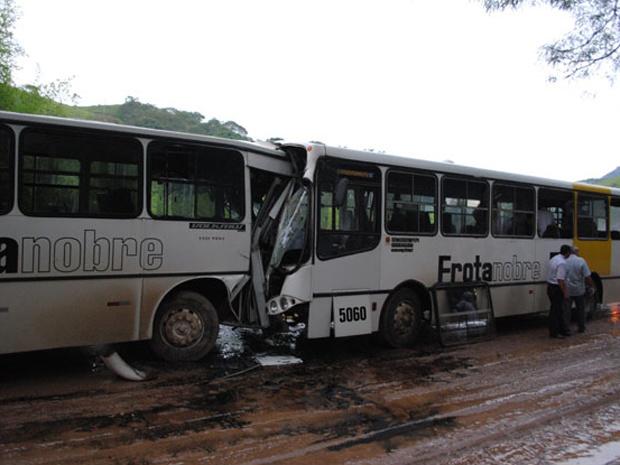 Acidente entre dois ônibus deixam 29 pessoas feirdas - Crédito: Foto: Adriano de Almeida Vittoretto / via VC no G1