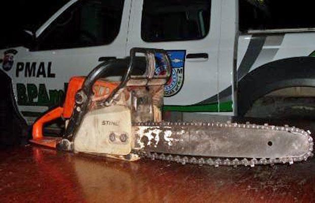 Motosserra foi abandonada pelos infratores quando a polícia chegou. - Crédito: Foto: Divulgação