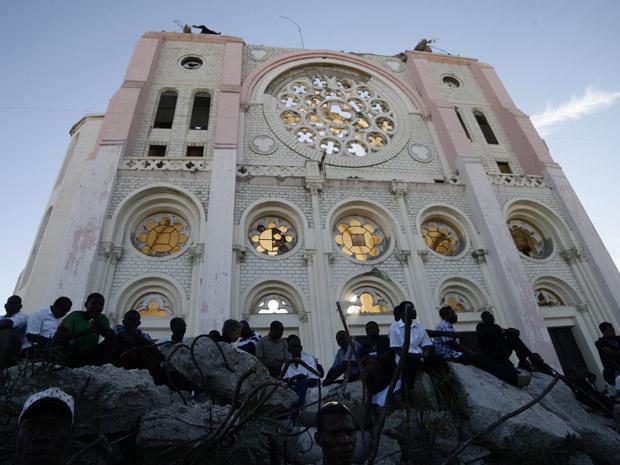 Haitianos na entrada da principal Catedral de Porto Príncipe, para a cerimônia de aniversário do terremoto de 2010. - Crédito: Foto: Reuters