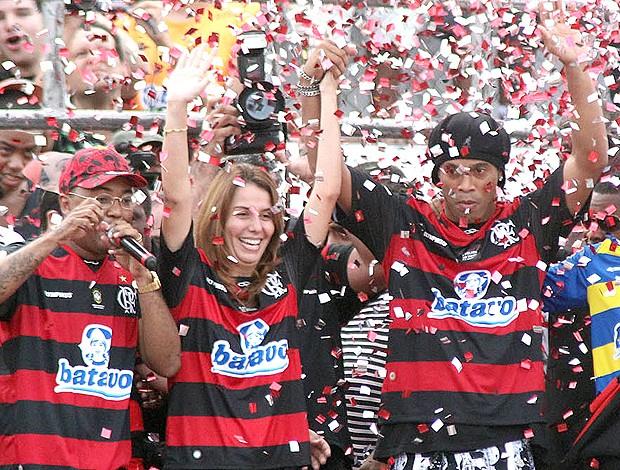 Dud Nobre puxou o coro da torcida com Patrícia Amorim e Ronaldinho emocionados - Crédito: Foto: VIPCOMM