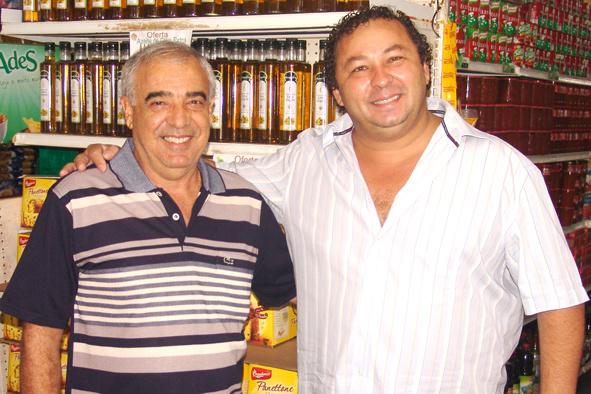 Empresário Jorge e Toninho, ganhador do carrinho de compras  - Crédito: Foto: Adélio Foto Estúdio