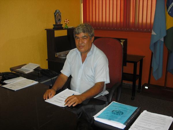 Vereador Militão em seu gabinete na Câmara de Laguna Carapã  - Crédito: Foto: Silmara Diniz