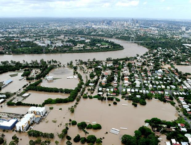 A cidade de Brisbane ficou completamente coberta pela água do rio que transbordou - Crédito: Foto: agência AFP