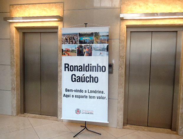 Banner para Ronaldinho foi colocado no hotel do Fla em Londrina - Crédito: Foto: Richard Souza / GLOBOESPORTE.COM