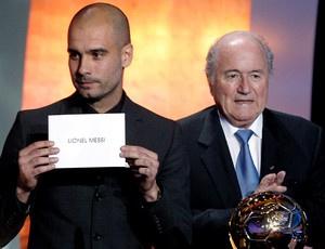 Blatter, Guardiola no momento do anúncio do melhor do mundo. Espanha em alta - Crédito: Foto: EFE