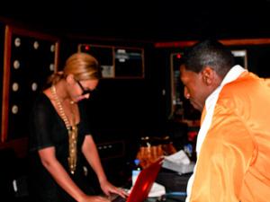 Beyoncé com o produtor Symbolyc One  - Crédito: Foto: Reprodução/SymbolycOne.com