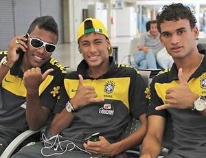 Alex Sandro, Neymar e Willian no embarque da Seleção sub-20 no Rio - Crédito: Foto: Divulgação / CBF