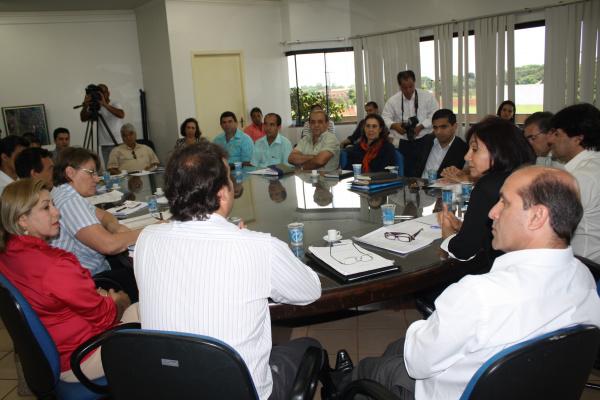 Legenda: Prefeita Délia Razuk em reunião de trabalho com secretários com presença da imprensa  - Crédito: Foto: Hédio Fazan