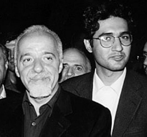 Em foto divulgada em seu site, Arash Hejazi posa com o escritor Paulo Coelho - Crédito: Foto: Reprodução
