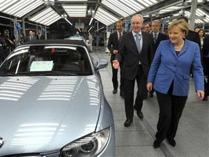 Angela Merkel visita fábrica da BMW em Leipzig, na Alemanha - Crédito: Foto: PETER ENDIG/AFP