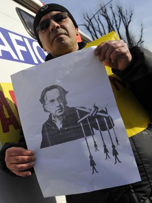 Funcionário de fábrica em Turim mostra imagem do presidente da Fiat durante protesto - Crédito: Foto: Reuters