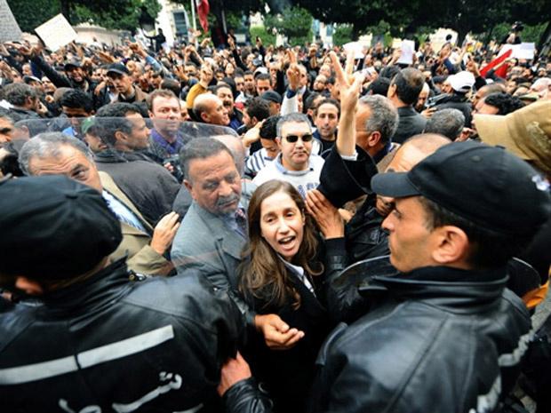 Tunisianos protestam nesta sexta-feira - Crédito: Foto: Reuters