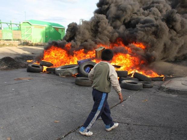 Manifestantes fazem barricada durante protesto na cidade chilena de Punta Arenas na quarta-feira - Crédito: Foto: AFP