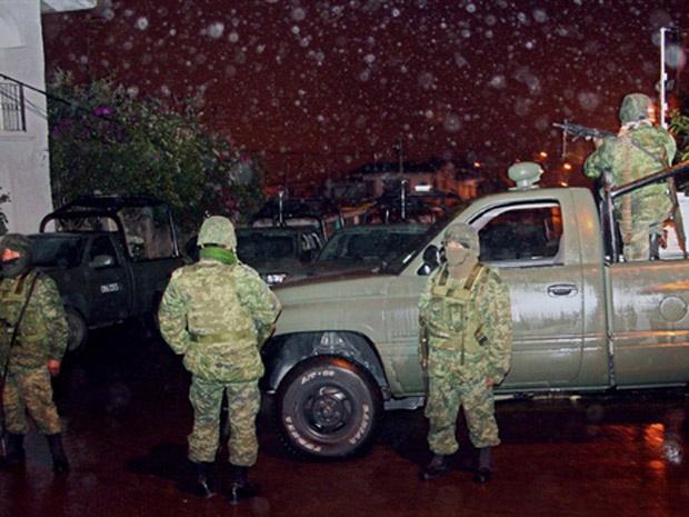 Soldados mexicanos após confronto com membros de gangue local em Xalapa. - Crédito: Foto: France Presse