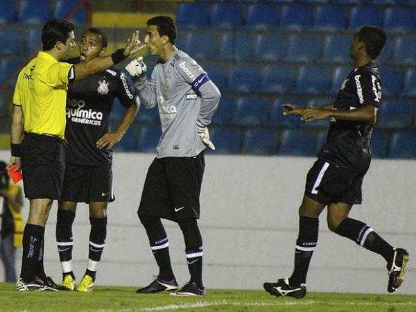 Corintianos reclamam com arbitragem durante derrota na Copa São Paulo Foto: Marcos Bezerra/Futura Press -