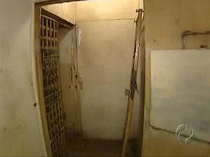 Porta de ferro arrancada em delegacia de Arapongas - Crédito: Foto: Reprodução/TV Paranaense