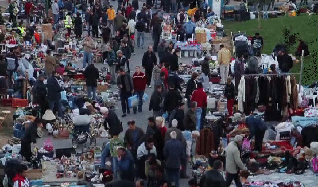 Gregos buscam objetos em depósitos de lixo ou ferro-velhos e tentar vendê-los em mercados de rua - Crédito: Foto: Reprodução / BBC