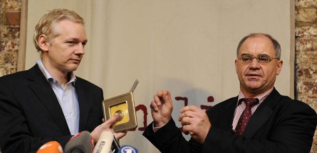 O fundador do WikiLeaks, Julian Assange, e o ex-banqueiro Rudolf Elmer durante entrevista nesta segunda-feira - Crédito: Foto: AFP