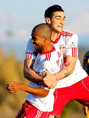 Uruguaio Boghossian segura Alan na comemoração -