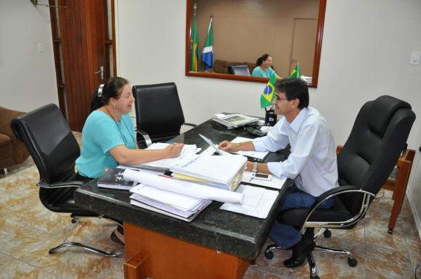 Lanzarini e a Secretária de Educação Zita Centenaro durante reunião   - Crédito: Foto : Felipe Schinaider