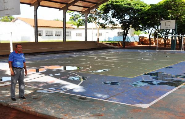 Prefeito Manezinho conferindo quadra coberta Foto: Wilson Amaral    -