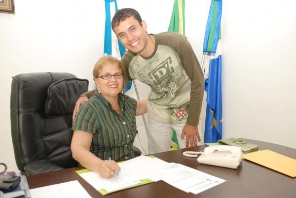 Prefeita com presidente do bloco tri-campeão durante reunião Foto: Rogério Sanches   -