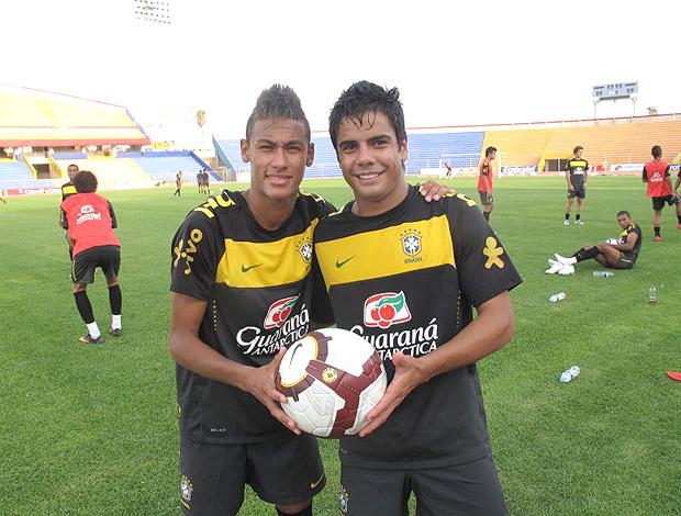 Neymar e Henrique sonham colocar a bola na rede nesta segunda-feira - Crédito: Márcio Iannacca/ Globoesporte.com