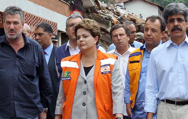Dilma durante a visita na região serrana do Rio afetada pelas chuvas Foto: G1 -