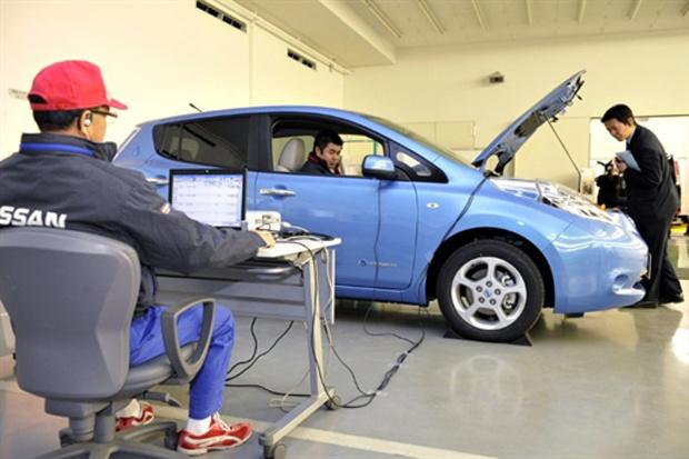 Por meio da internet e câmeras, engenheiros acompanham o trabalho dos mecânicos - Crédito: Foto: AFP