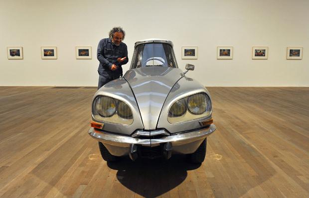 """Gabriel Orozco poses ao lado de \""""La DS\"""" na galeria Tate Modern, em Londres - Crédito: Foto: Reuters"""