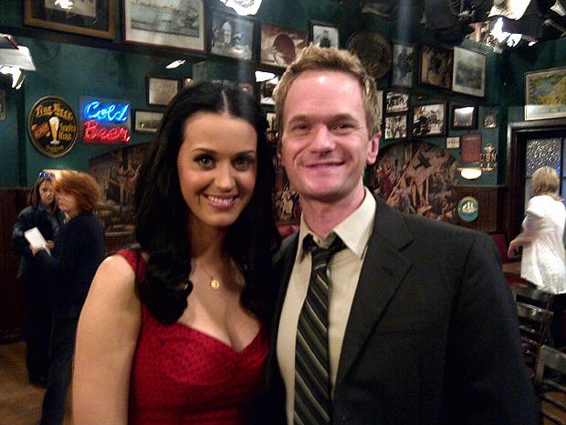 Katy Perry colocou em seu Twitter uma foto ao lado de Neil Patrick Harris, que vive o personagem Barney na comédia. A atriz irá participar do último episódio da mais recente temporada da série: ela será a prima ingênua e bonita da personagem da atriz Jenn - Crédito: Foto: Divulgação