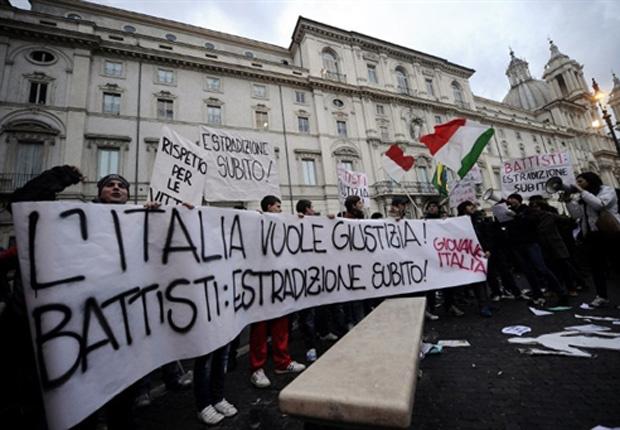 Manifestantes que querem a extradição de Battisti protestam em 4 de janeiro em frente à Embaixada do Brasil na Itália, em Roma. - Crédito: Foto: Reuters