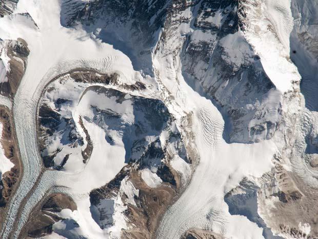Uma imagem divulgada pelo Earth Observatory, da Nasa, mostra o acesso nordeste ao monte Everest, o maior do mundo, com 8.849 metros de altitude. Esta rota está disponível a partir do Tibete e foi fotografada pela equipe da Expedição 26, que trabalha atual - Crédito: Foto: Nasa