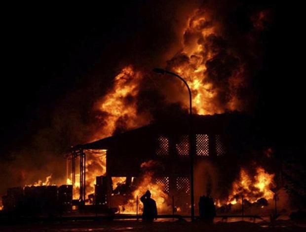 Depósito de combustível em chamas nesta terça-feira - Crédito: Foto: AFP