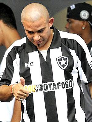 Tímido, Arévalo acena sem nem levantar a cabeça  - Crédito: Foto: Reprodução do Facebook do jogador
