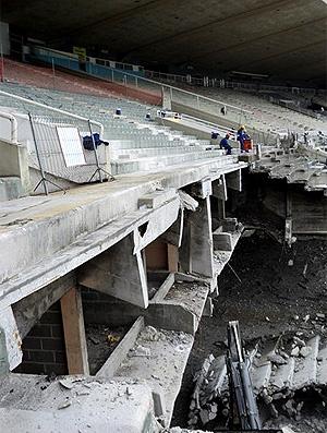 Os blocos das arquibancadas caem inteiros e são triturados no chão - Crédito: Foto: Divulgação