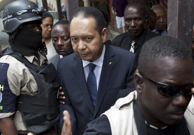 Policiais escoltam o ex-ditador haitiano Jean-Claude Duvalier, o Baby Doc, para fora de seus hotel em Porto Príncipe nesta terça-feira - Crédito: Foto: AP